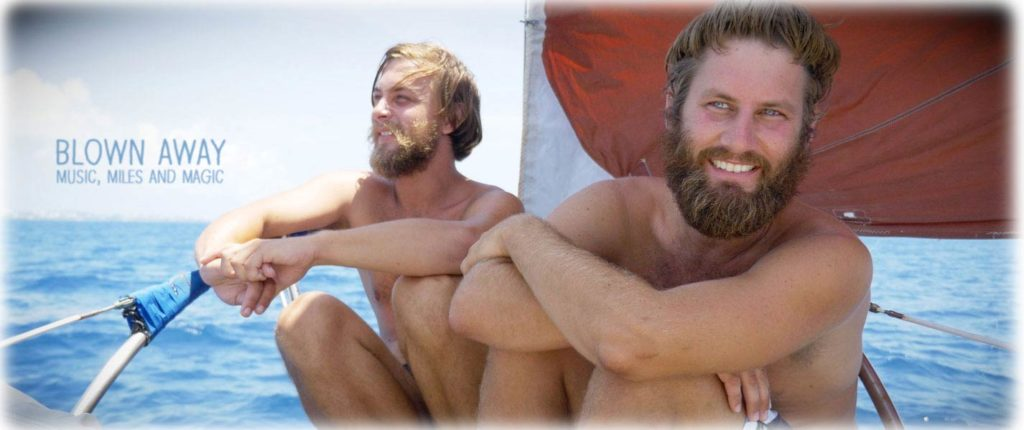 Hannes und Ben auf ihrem Segelboot